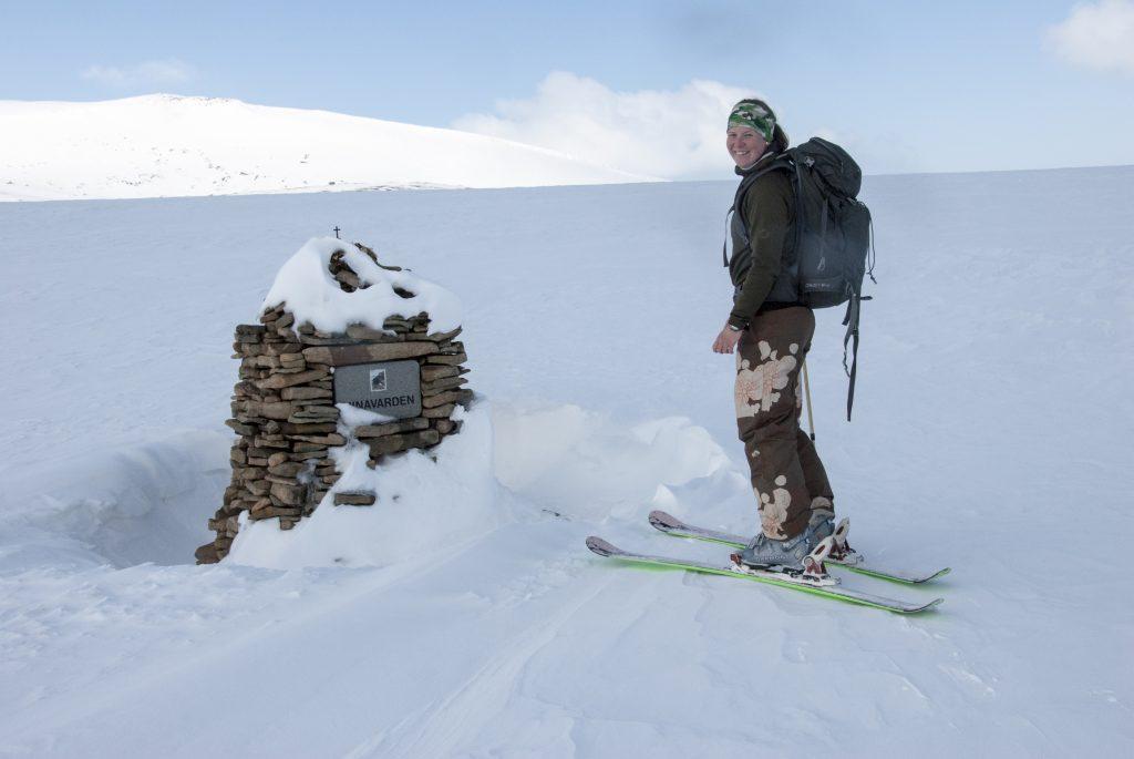 Špicberky: Památník na Platåberget v místě, kde medvěd usmrtil mladou norskou turistku