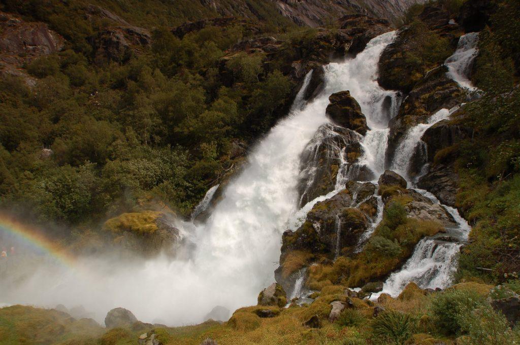 Vodopád Kveivafossen poblíž Briksdalsbreenu