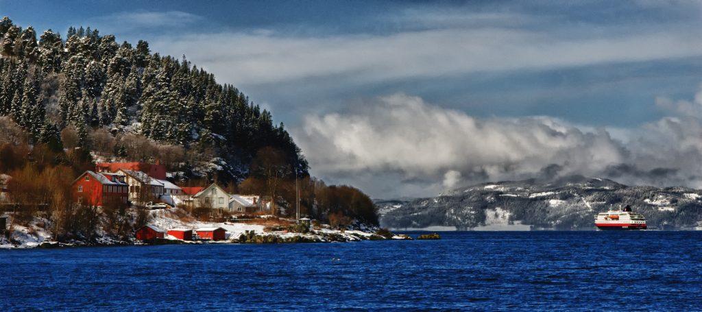 Hurtigruten vypouvající z Trondheimu
