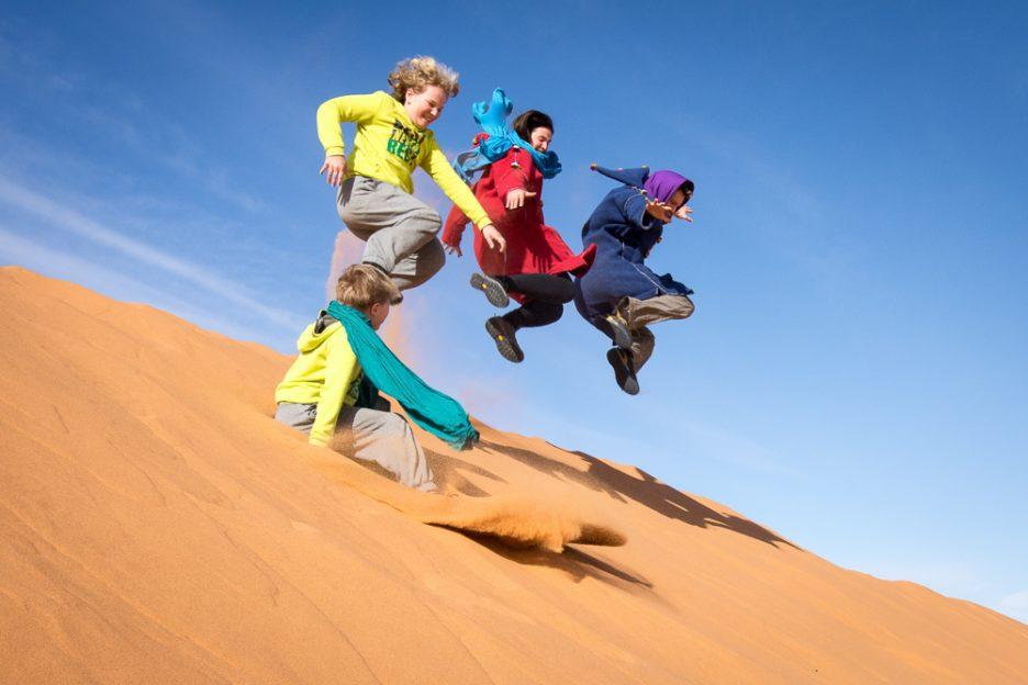Soutěž ve skoku do dálky z duny v Erg Chebbi