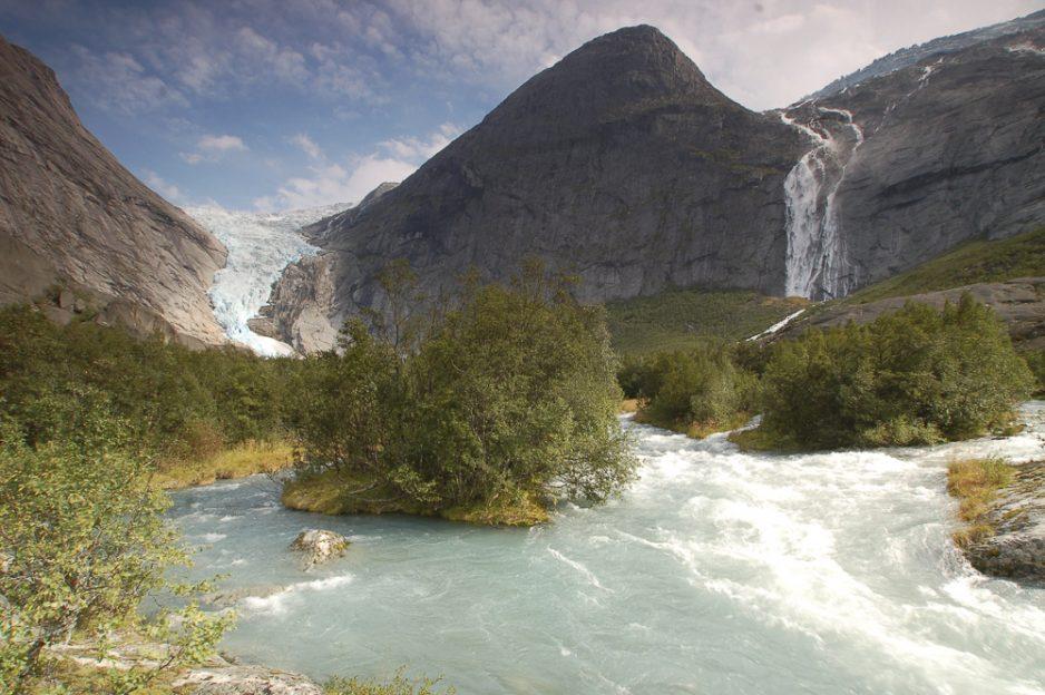 Údolí Briksdalen, ve kterém se nachází ledovcový splaz Briksdalsbreen