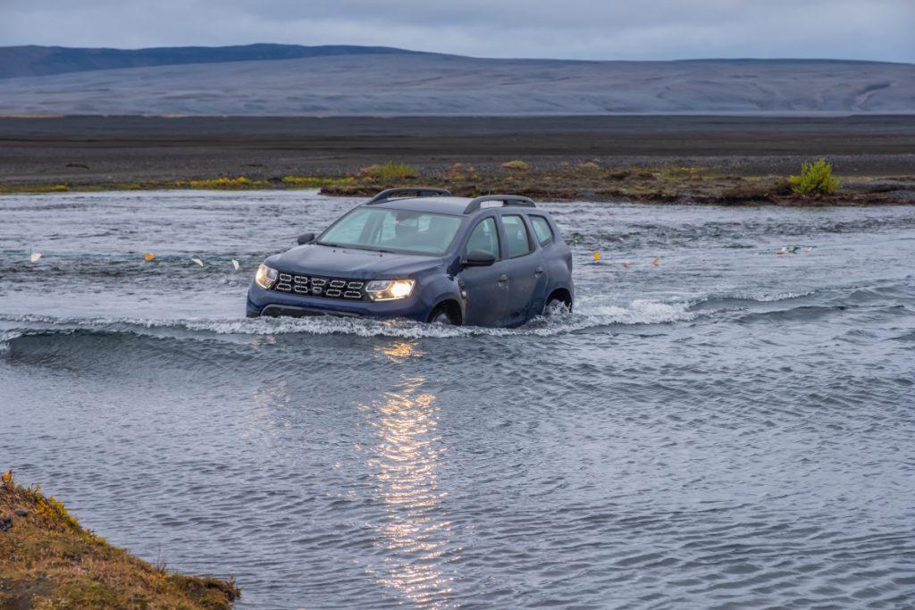 Půjčení auta na Islandu: Brodění řeky na Islandu na F road 88
