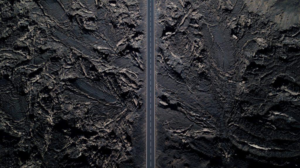 Silnice vedoucí lávovým polem na Islandu