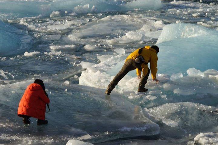 Turisté na Islandu riskující život