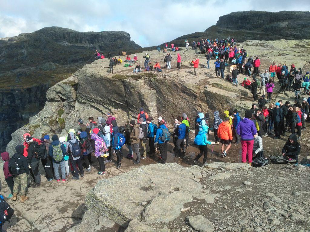Masový turismus v Norsku: ve frontě na skalní útes Trolltunga se někdy čeká i hodiny