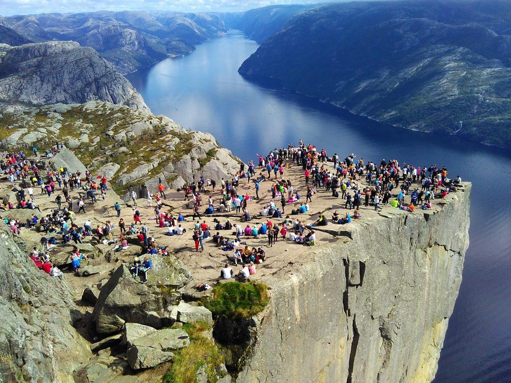 Masový turismus v Norsku: přelidněná Preikestolen