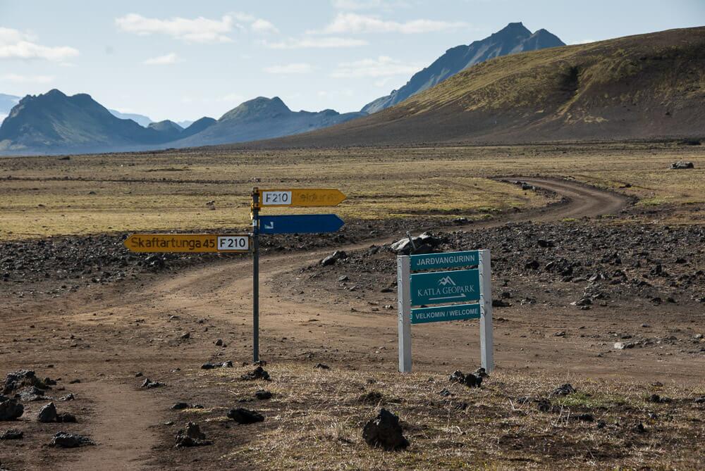 Autobus na začátek Laugavegur treku musí zvládnout náročný terén