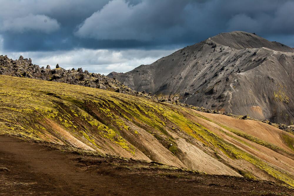 Sopečná krajina hrající všemi barvami na Laugavegur treku na Islandu