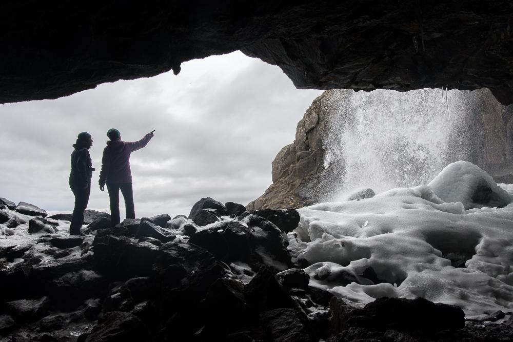 jeskyně za vodopádem Fardagafoss ve Východních fjordech Islandu