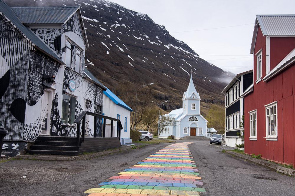 duhový chodník vedoucí k dřevěnnému kostelu v malebném městečku Seydifjordur na východě Islandu
