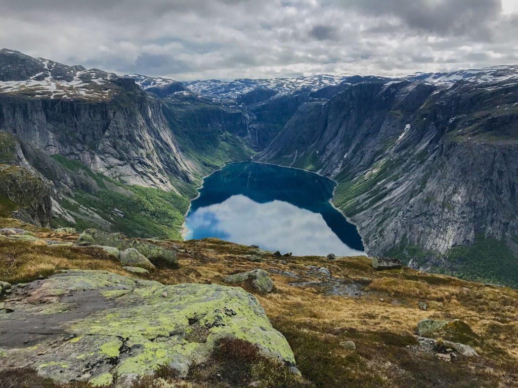 Cesta ke skalnímu útesu Trolltunga v Norsku