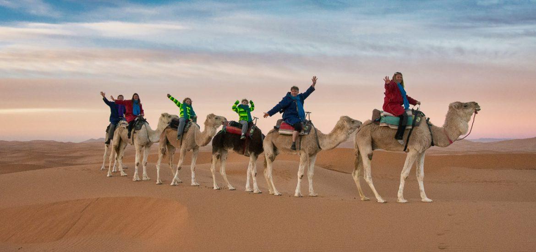 Výlet na velbloudech na Sahaře v poušti Erg Chebbi Maroko