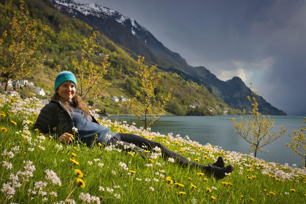 Norsko na jaře: Kvetoucí louky na břehu Hardangerfjordu