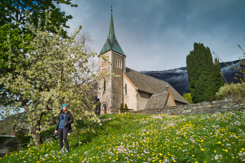 Rozkvetlé jarní Norsko: Kostel v Ullensvangu v Hardangeru