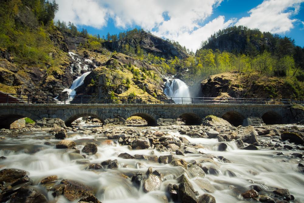 Vodopád Låtefossen protékající pod kamenným mostem patří k nejfotografovanějším norským vodopádům