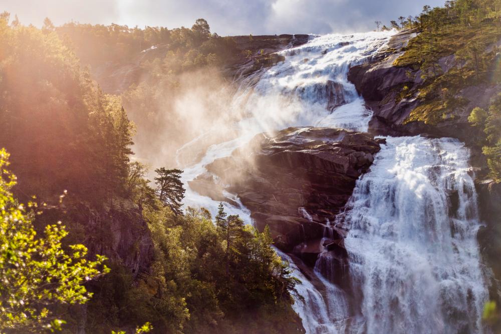 Norsko: Vodopády v údolí Husedalen poblíž Kinsarviku