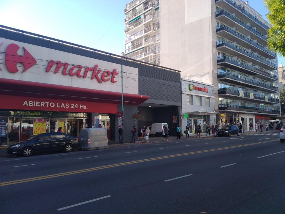 Kilometrová fronta na vstup do supermarketu v době nouzového stavu v Argentině
