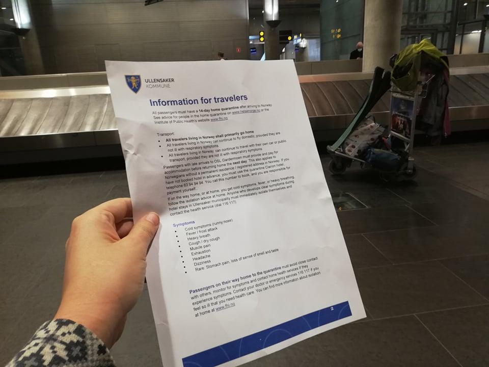 informace o karanténě v Norsku, které jsme dostali na letišti v Osle