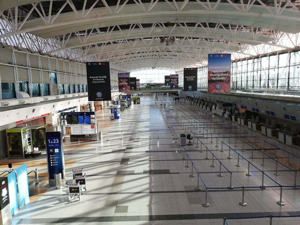 Liduprázdné letiště Ezeiza v Buenos Aires, odkud odlétal repatriační let do Norska