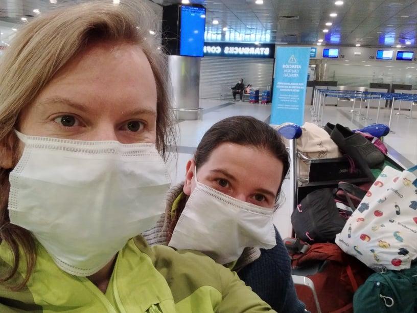 Na cestě repatriačním letem z Argentiny do Norska. V Argentině je stejně jako v Čechách povinné nosit roušky. V Norsku to poviností není.