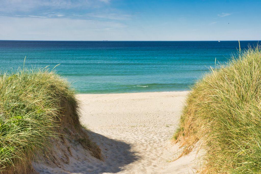 Bílá písečná pláž Borestranda nedaleko Stavangeru v Norsku