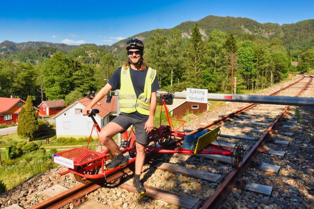 Projížďka na drezínovém kole na železniční trati Flekkefjordbana v jižním Norsku