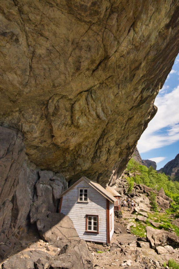 Domy pod převisem Helleren v jižním Norsku