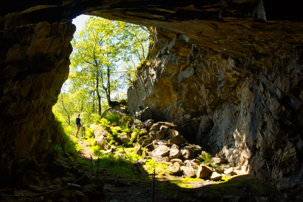Obří jeskyně, ze které vede několik šacht do opuštěných molybdenových dolů v Gursli
