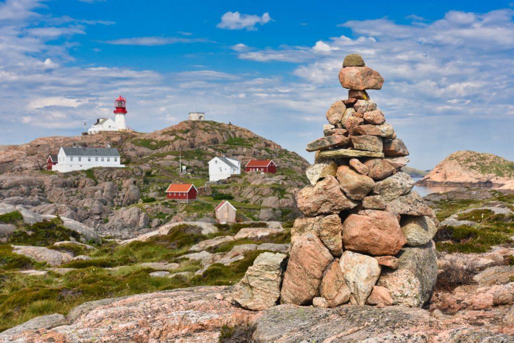 Skalnaté pobřeží v okolí majáku Lindesnes - nejjižnějšího místa norské pevniny