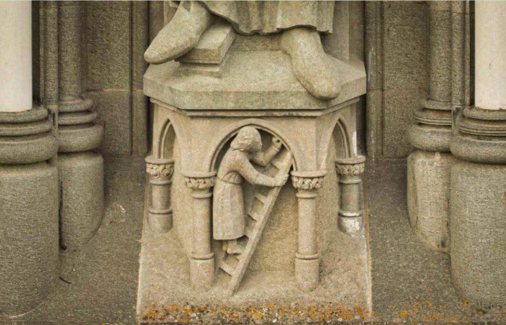 Detail sochy na katedrále v Trondheimu zobrazující Tulla Fischer