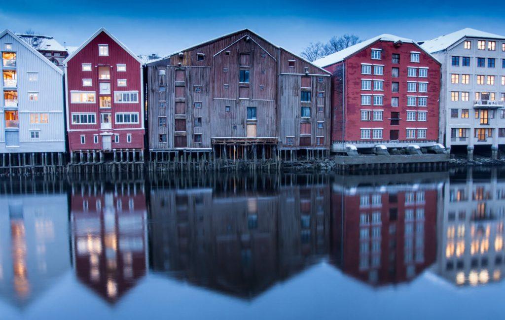 Domky na Bakklandet v Trondheimu v zimě