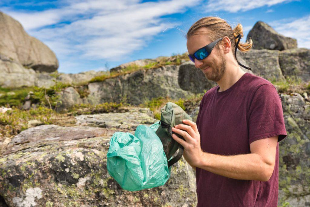 Ivar sbírá odpadky při kempování v Norsku