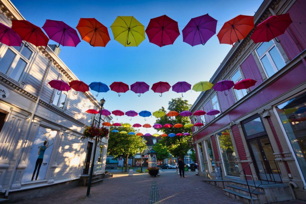 deštníková výzdoba jedné z ulic v centru Trondheimu
